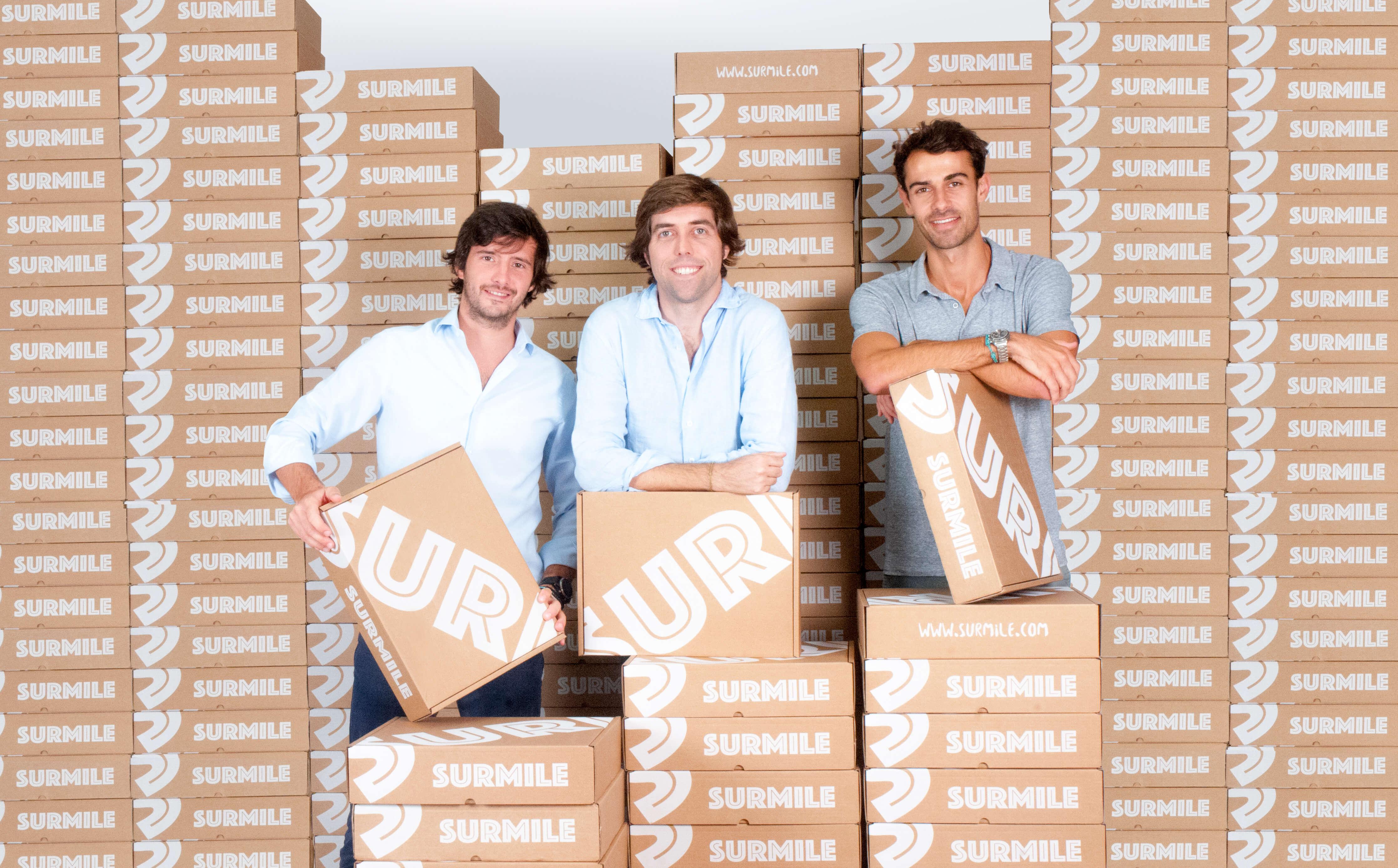 Los fundadores de Surmile posan sonrientes junto a sus cajas postales