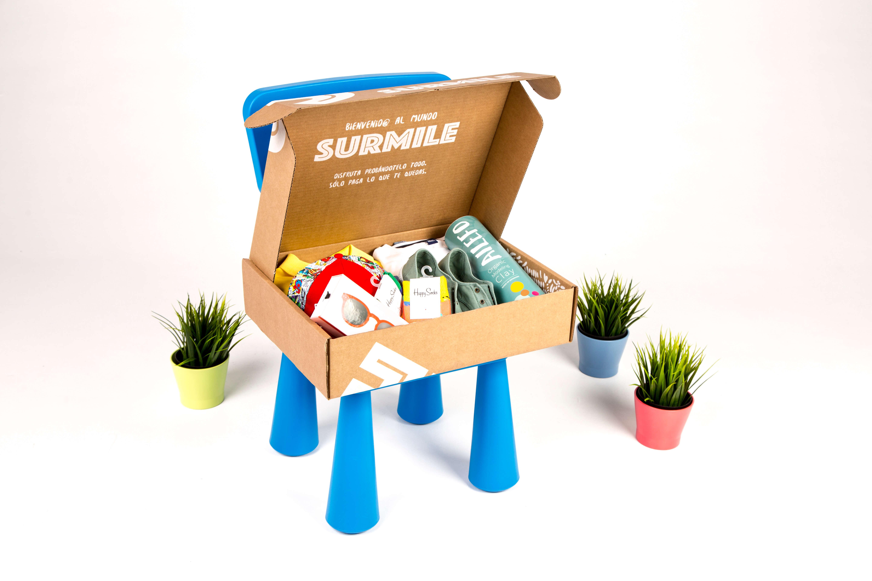 caja de cartón de la marca surmile con productos infantiles