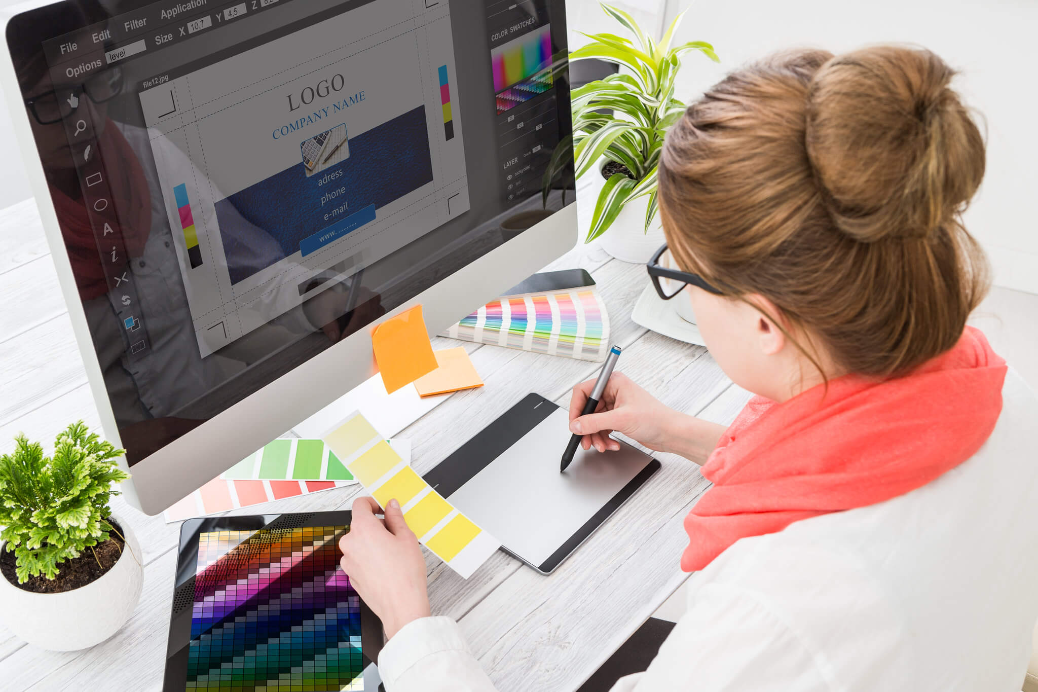Graphique designer qui travaille en Publication Assistée par Ordinateur