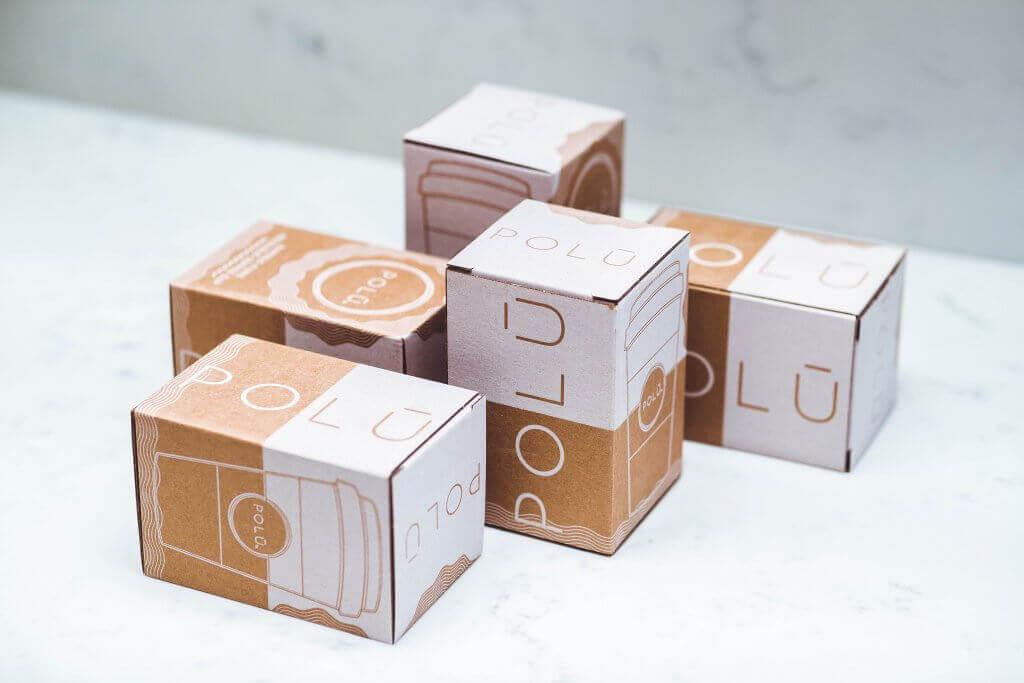 kraftový papír krabice s bílým potiskem