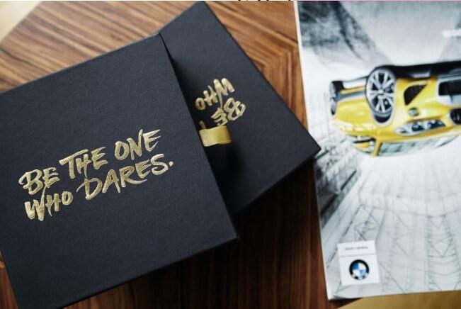 cajas rígidas de color negro y dorado