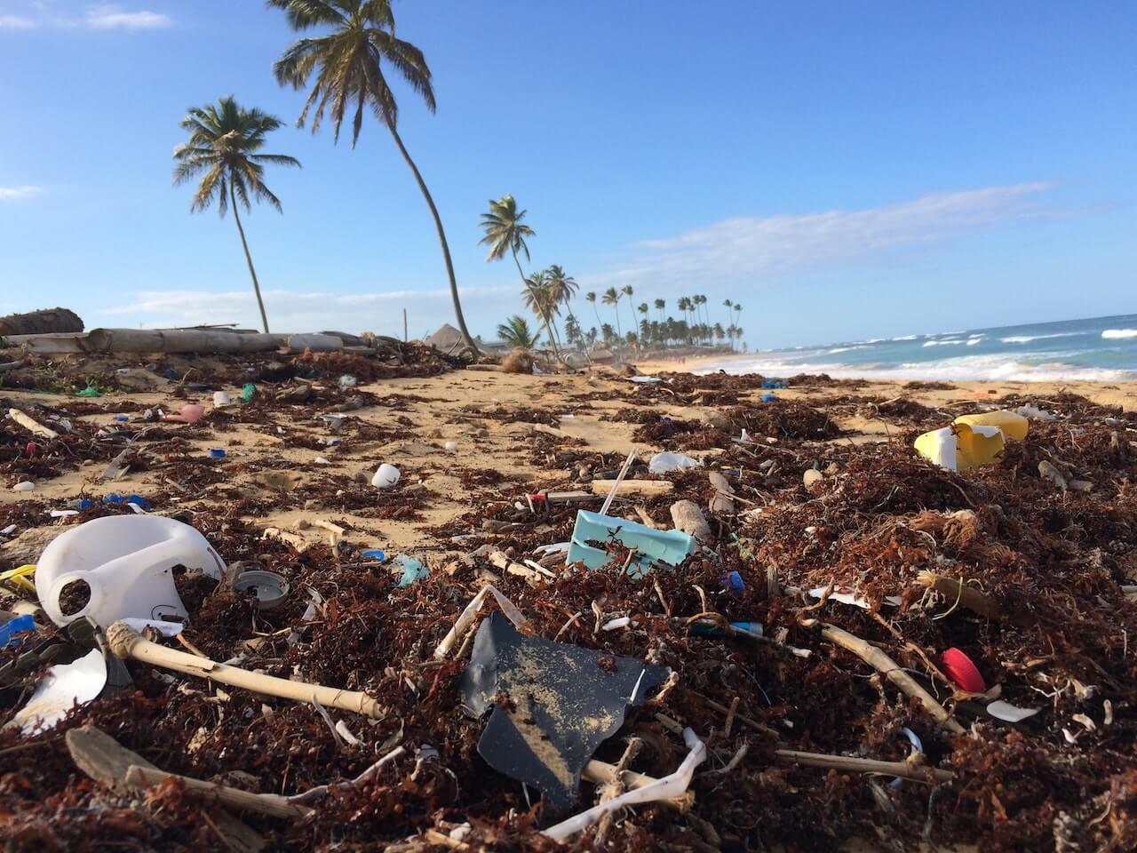 Déchets plastique entassés sur une plage tropicale