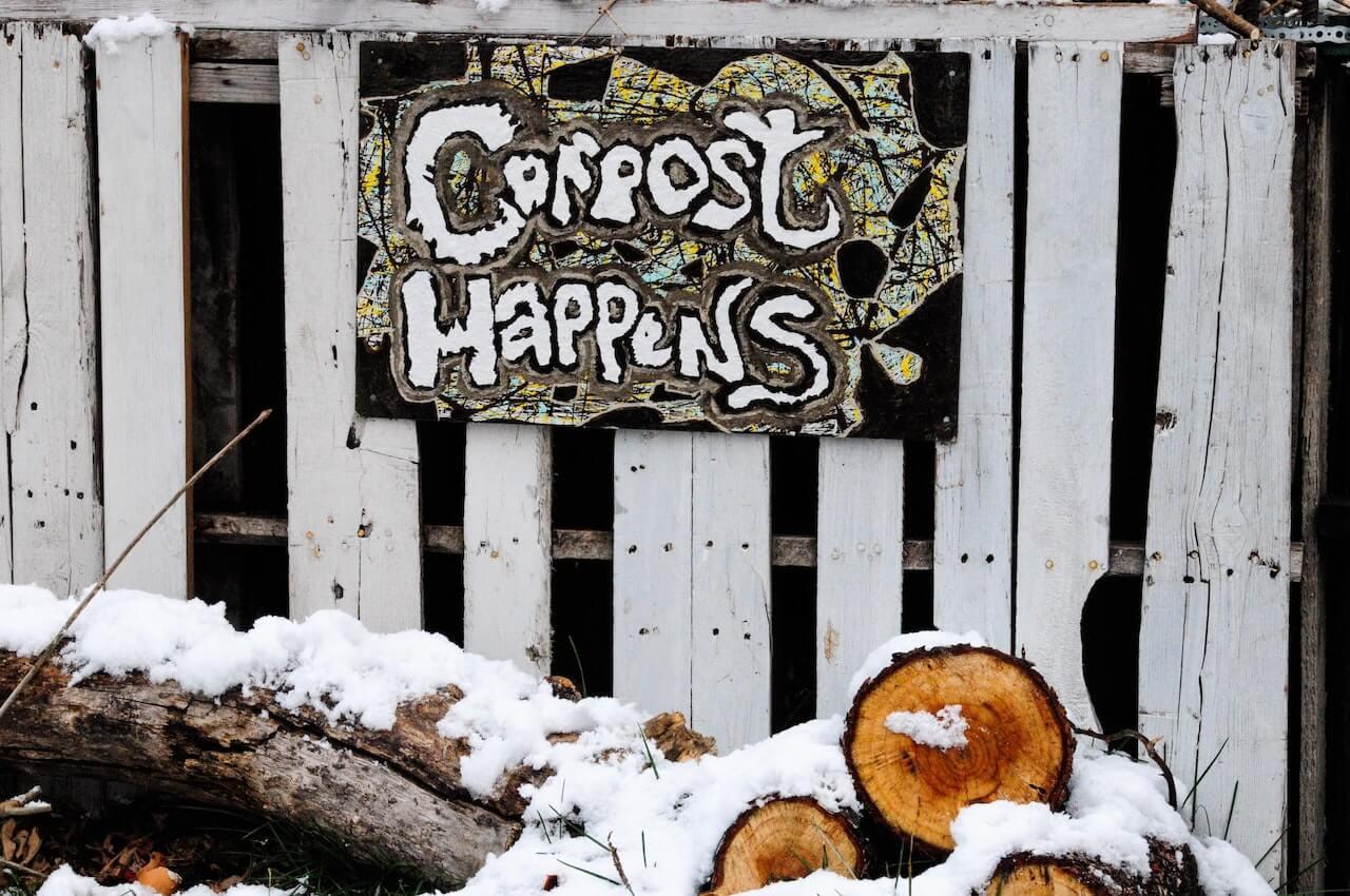 Panneau de compost sur une barrière
