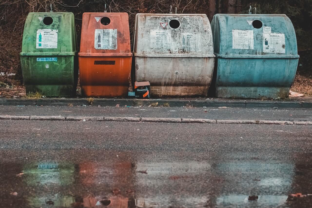 Poubelles de tri dans la rue
