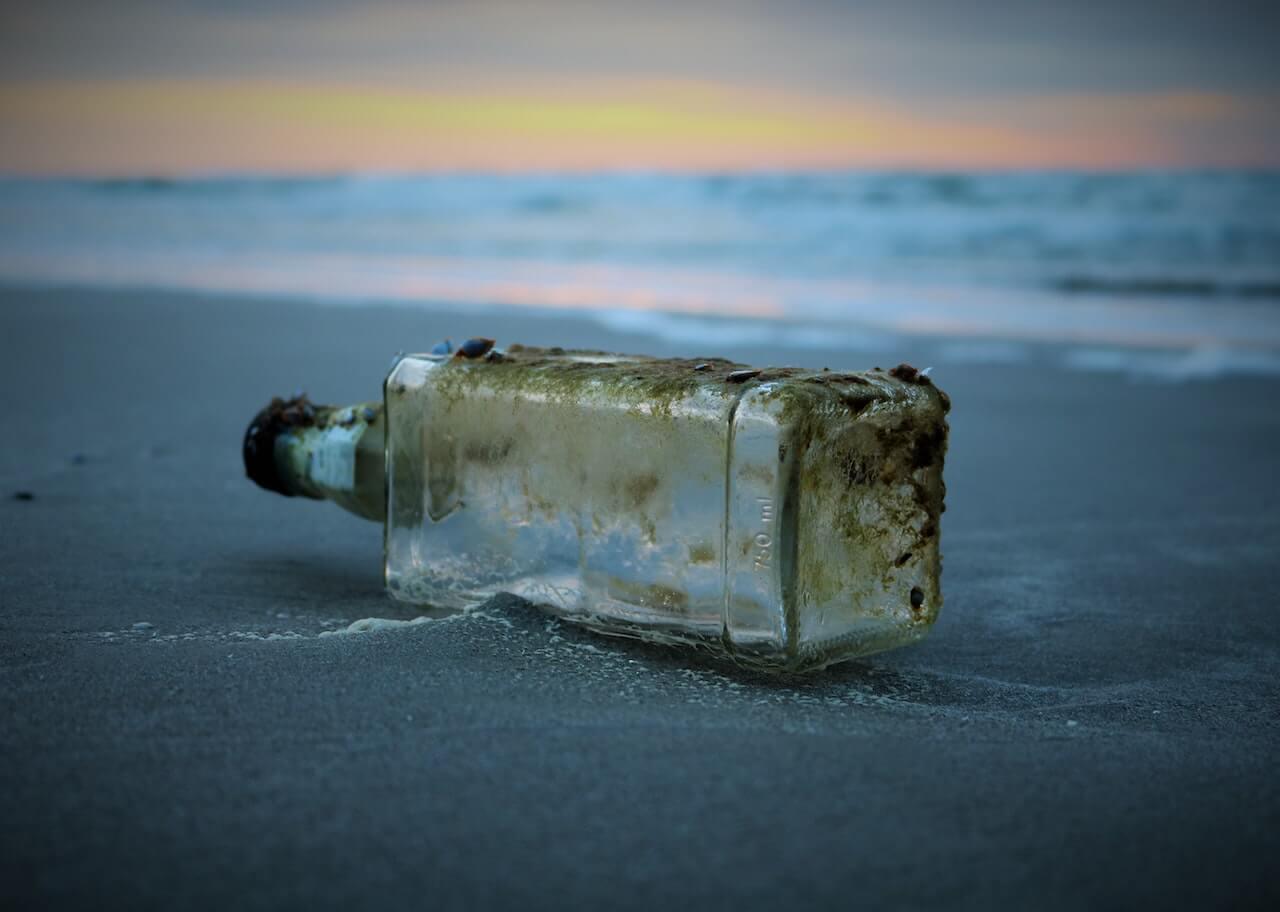 Bouteille abandonnée sur une plage