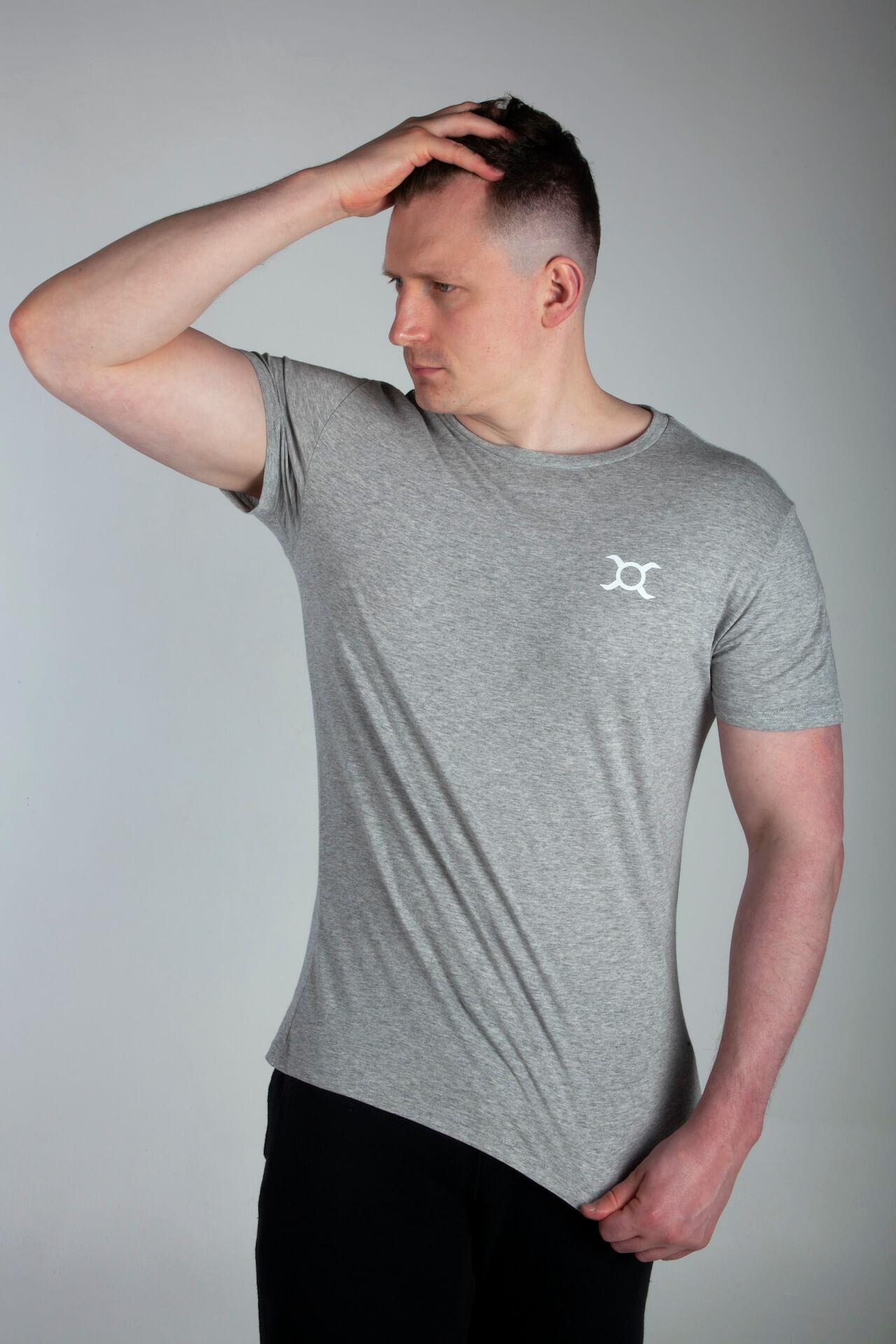Homme portant un t-shirt Origin X Performance