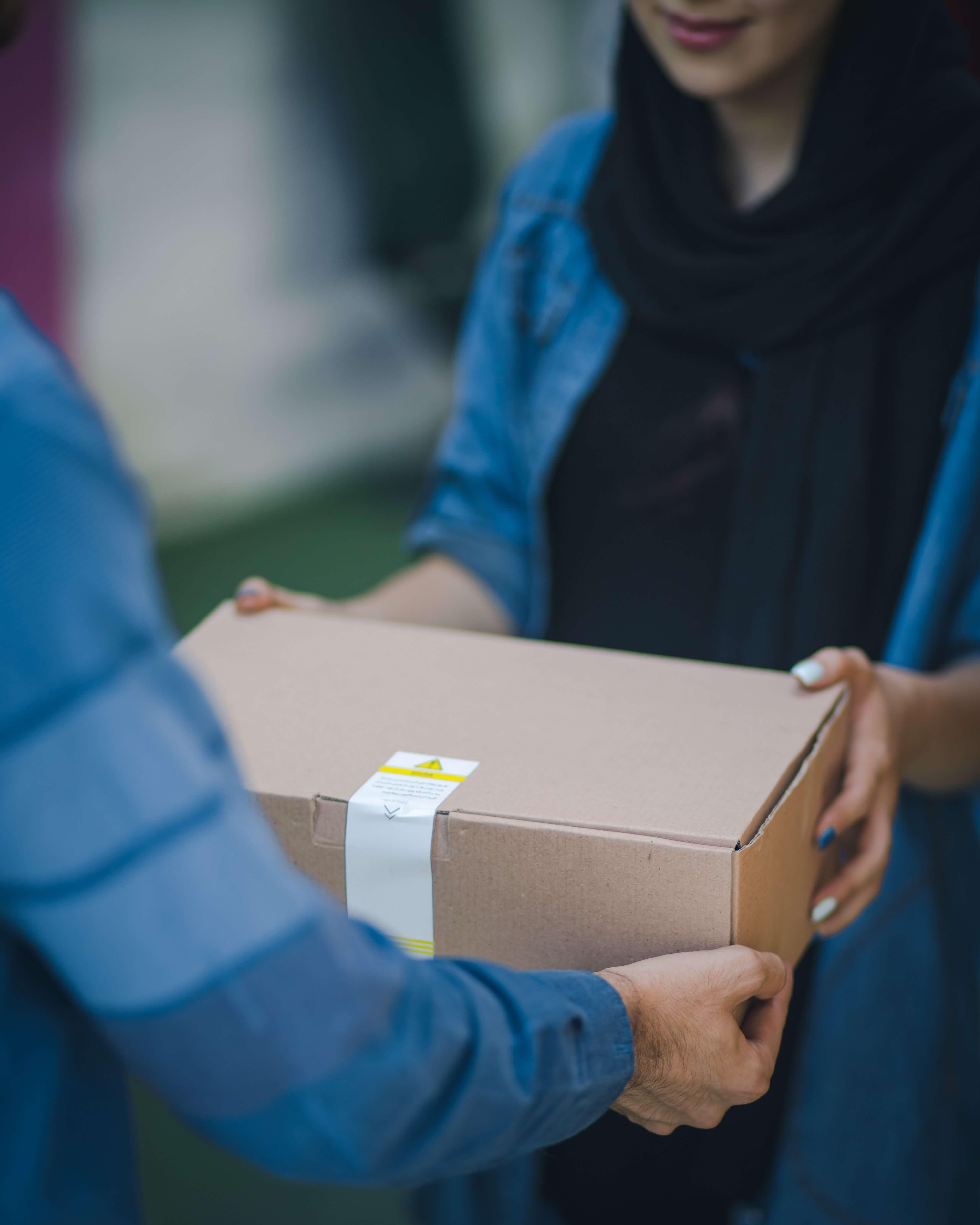 una chica entrega un paquete a domicilio