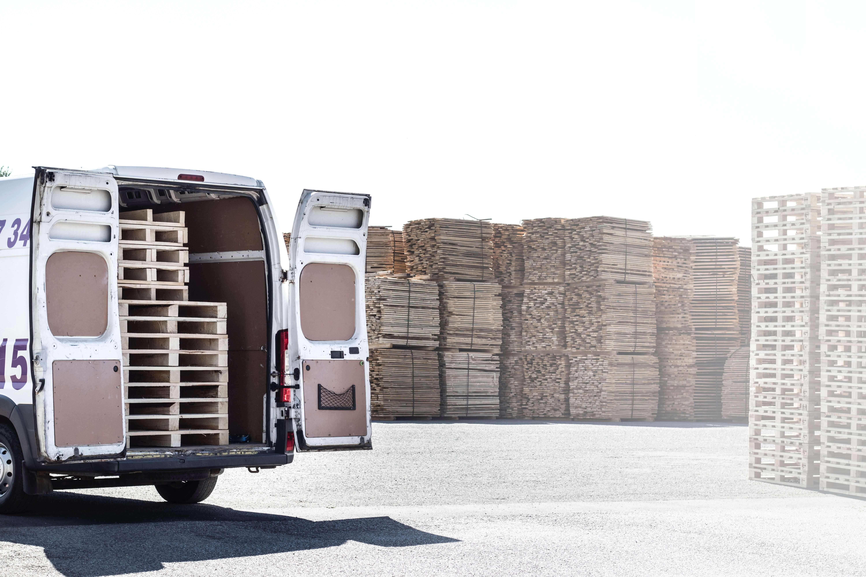 varios palés y cajas en un camión de reparto