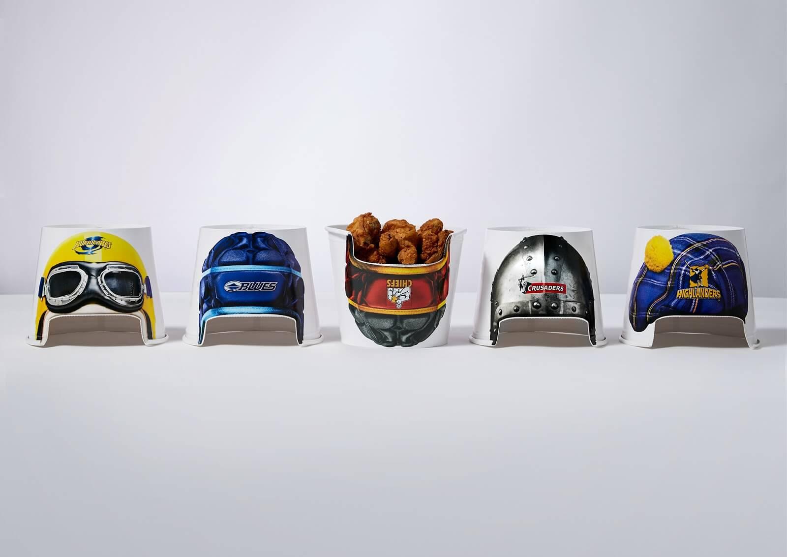 Buckets KFC transformés en casques de rugby