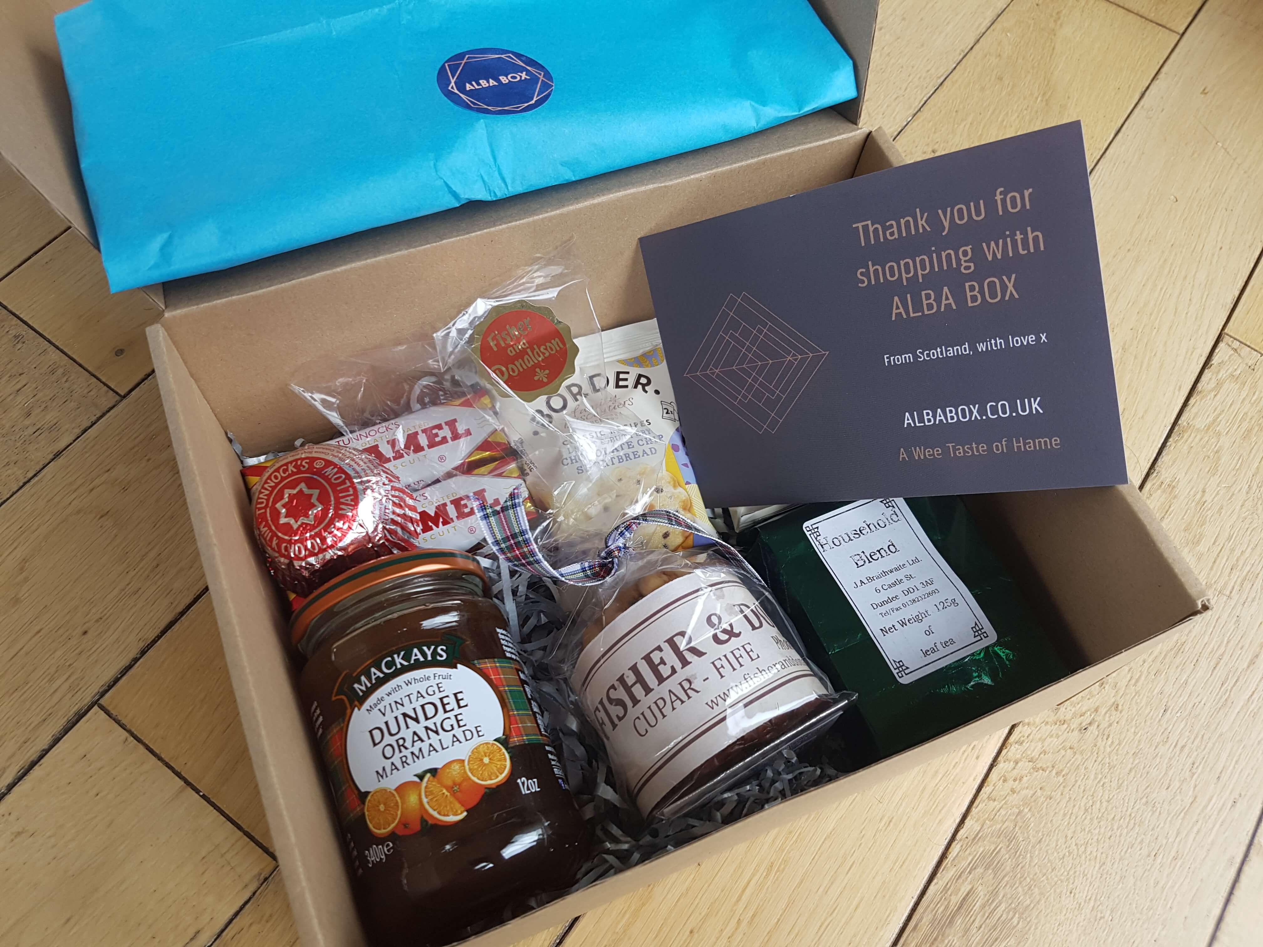 caja con varios productos en el interior