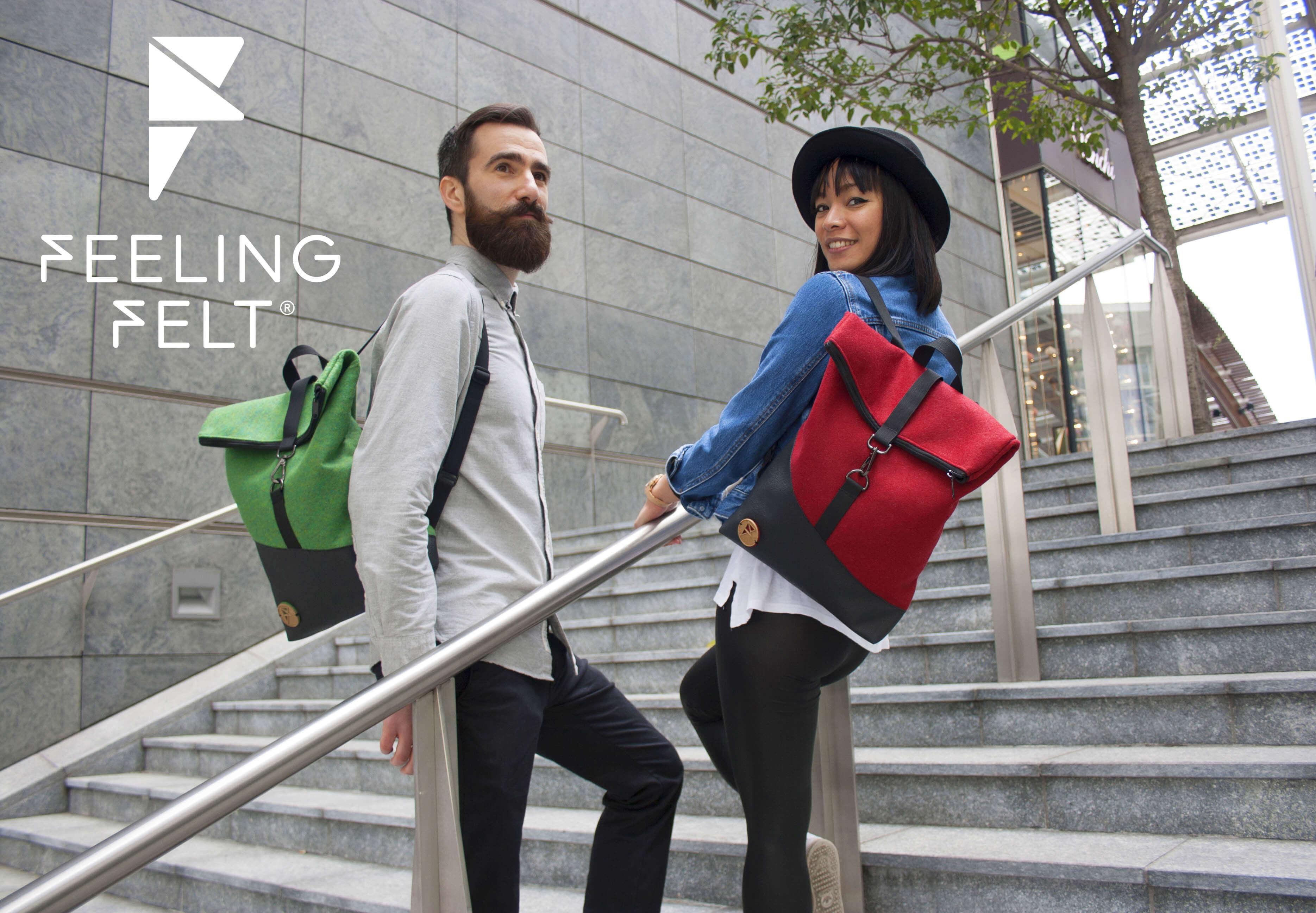 Personnes portant des sacs à dos Feeling Felt sur des marches d'escalier