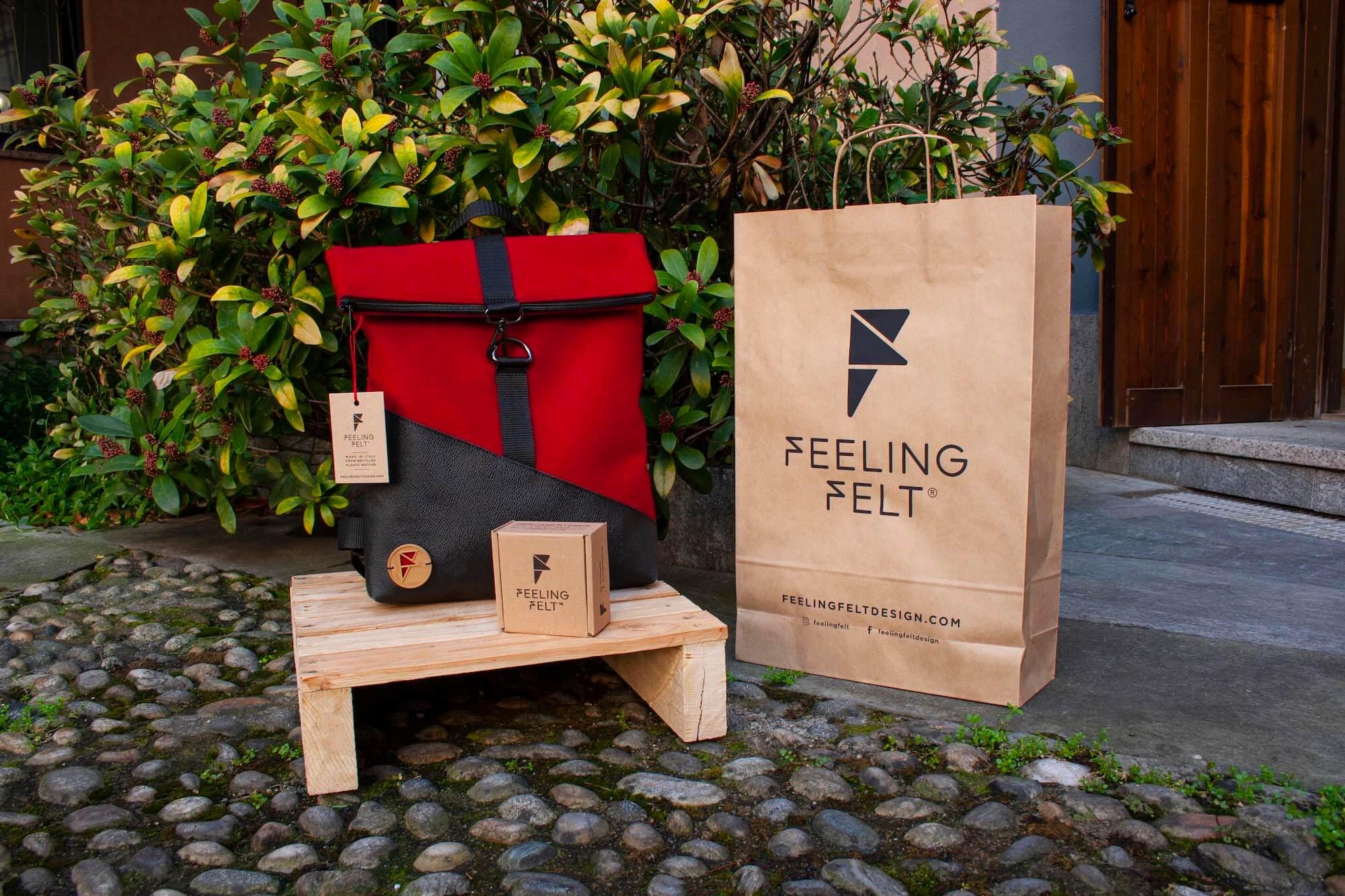 Sac à dos et sac en papier d'emballage Feeling Felt exposés dehors
