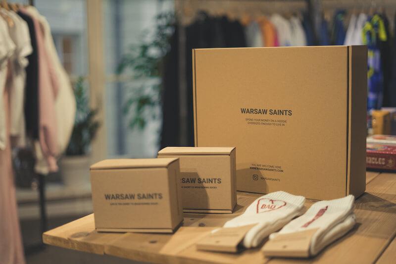 Magasin Warsaw Saints avec des boîtes, chaussettes et vêtements