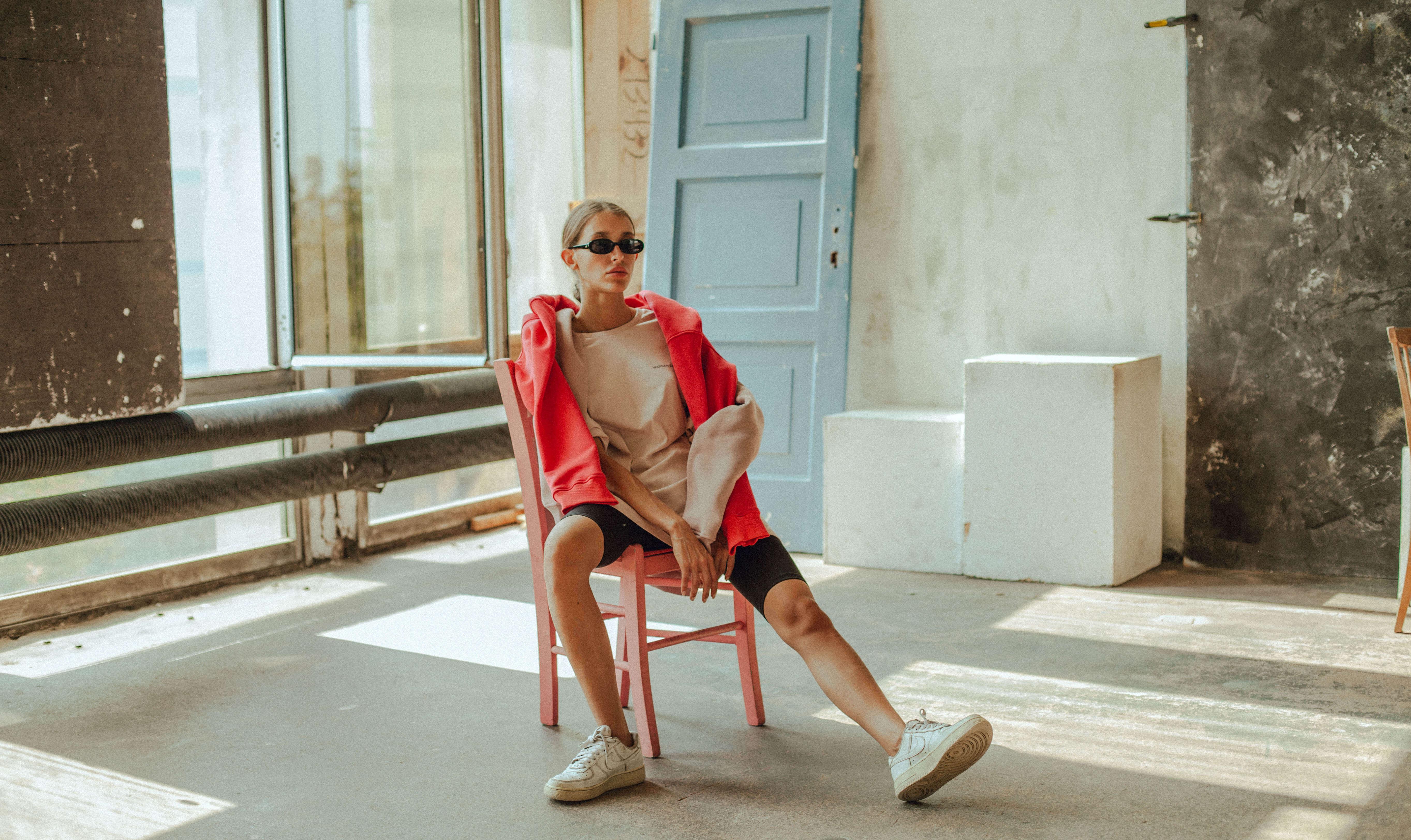 Una modelo posa con ropa streetwear