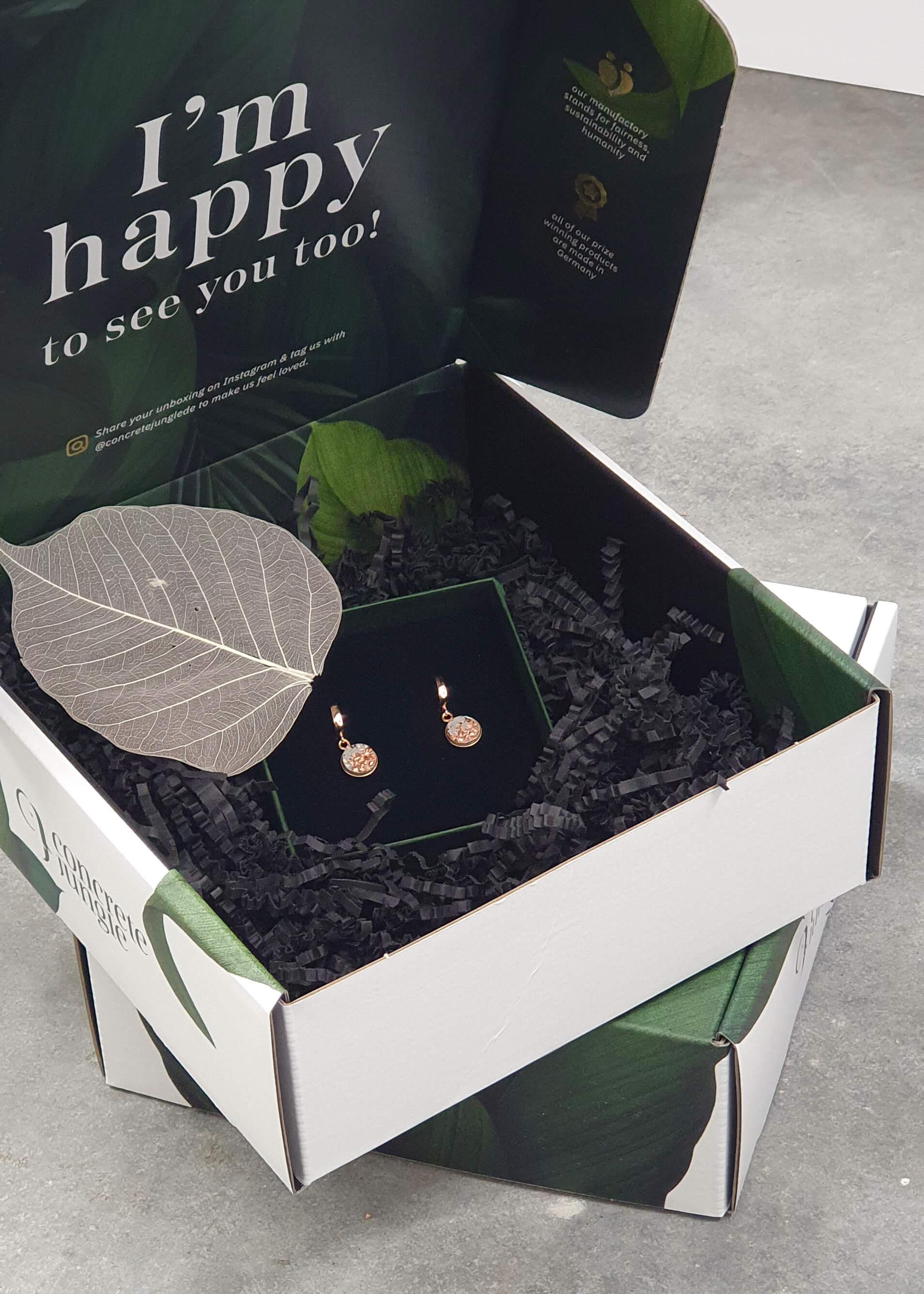 Una caja que contiene unos pendientes de la marca Concrete Jungle