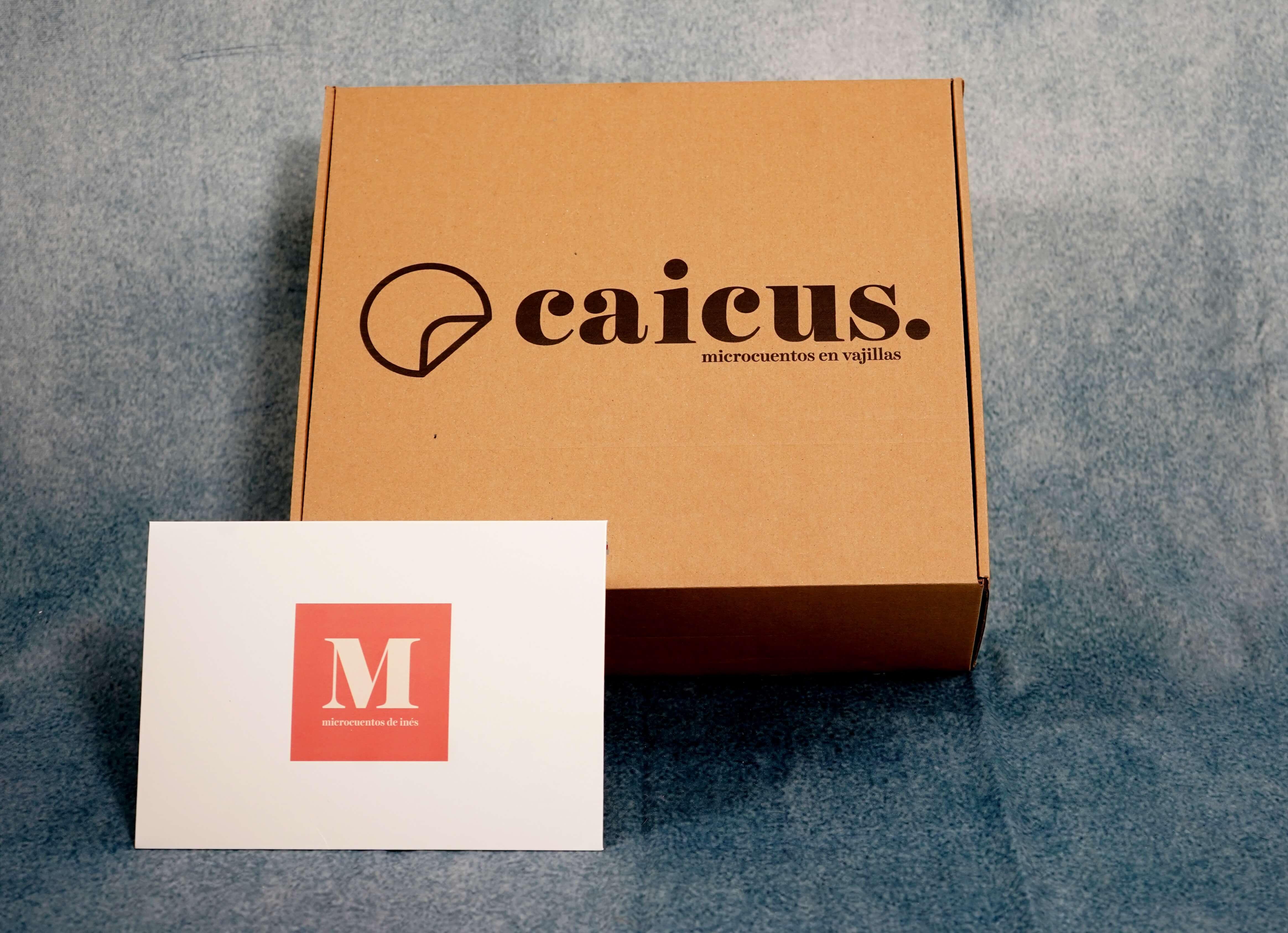 una caja postal de cartón con el logo de Caicus