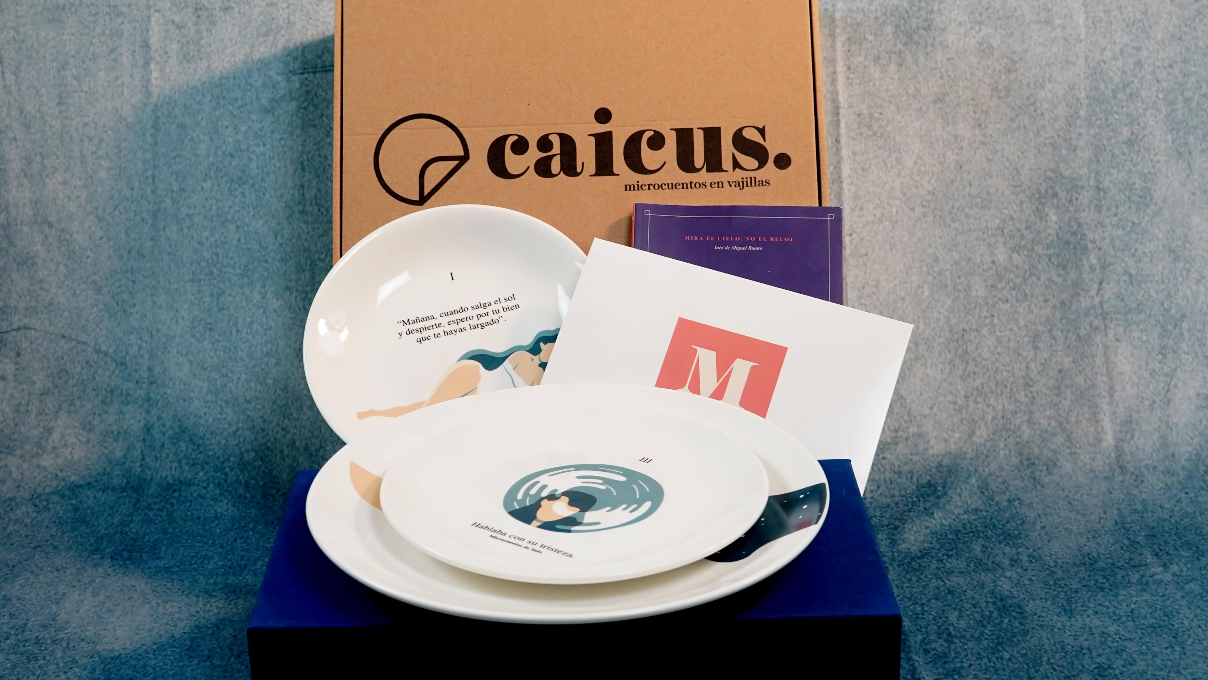 una vajilla Caicus junto a una caja para envíos