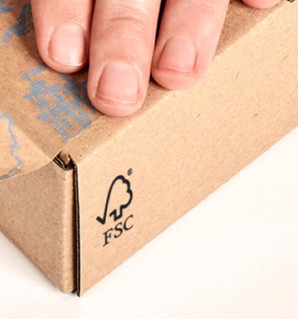 caja de cartón con la certificación FSC