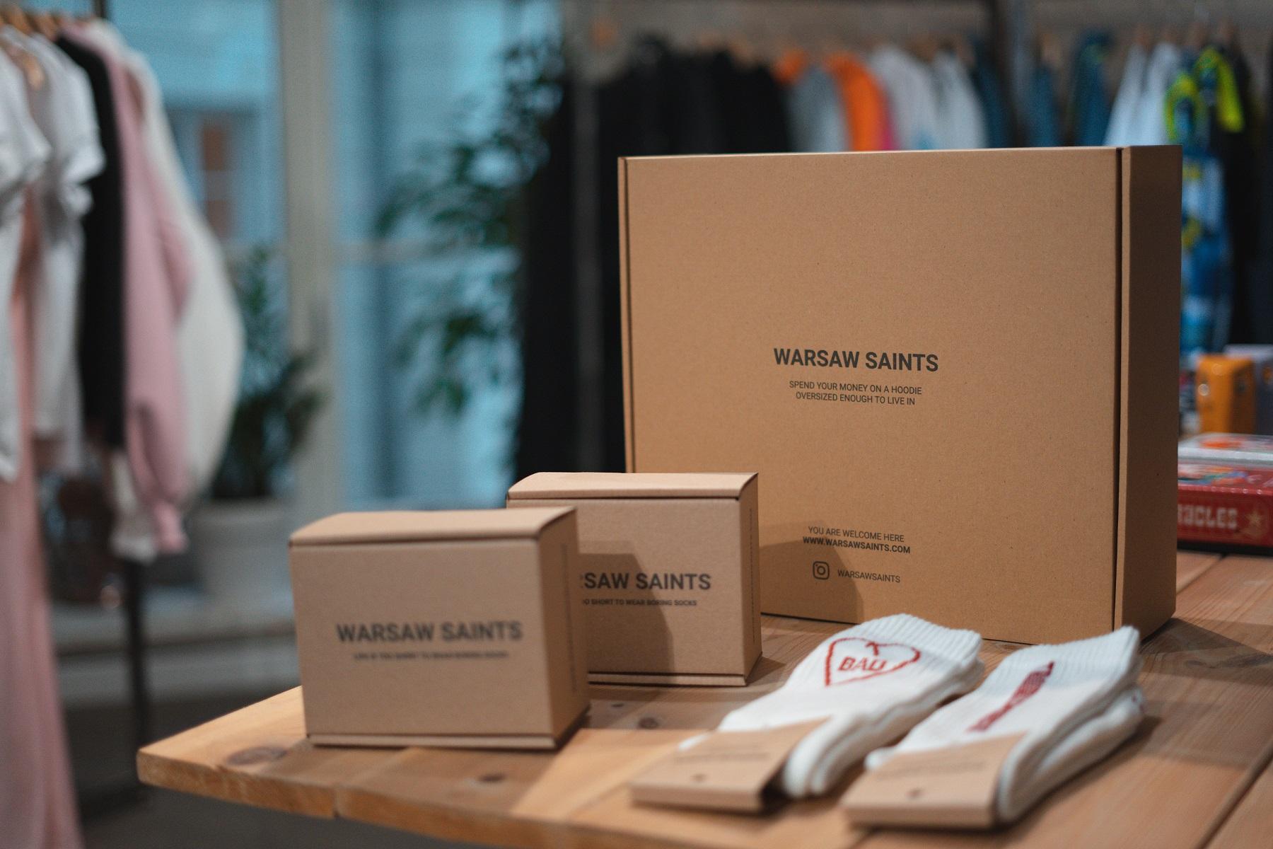 La marca Warsaw Saints utiliza cajas postales de cartón
