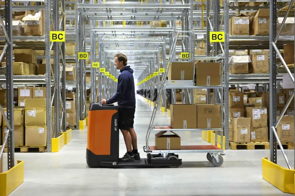 Préparateur de commande dans les étagères d'un entrepôt