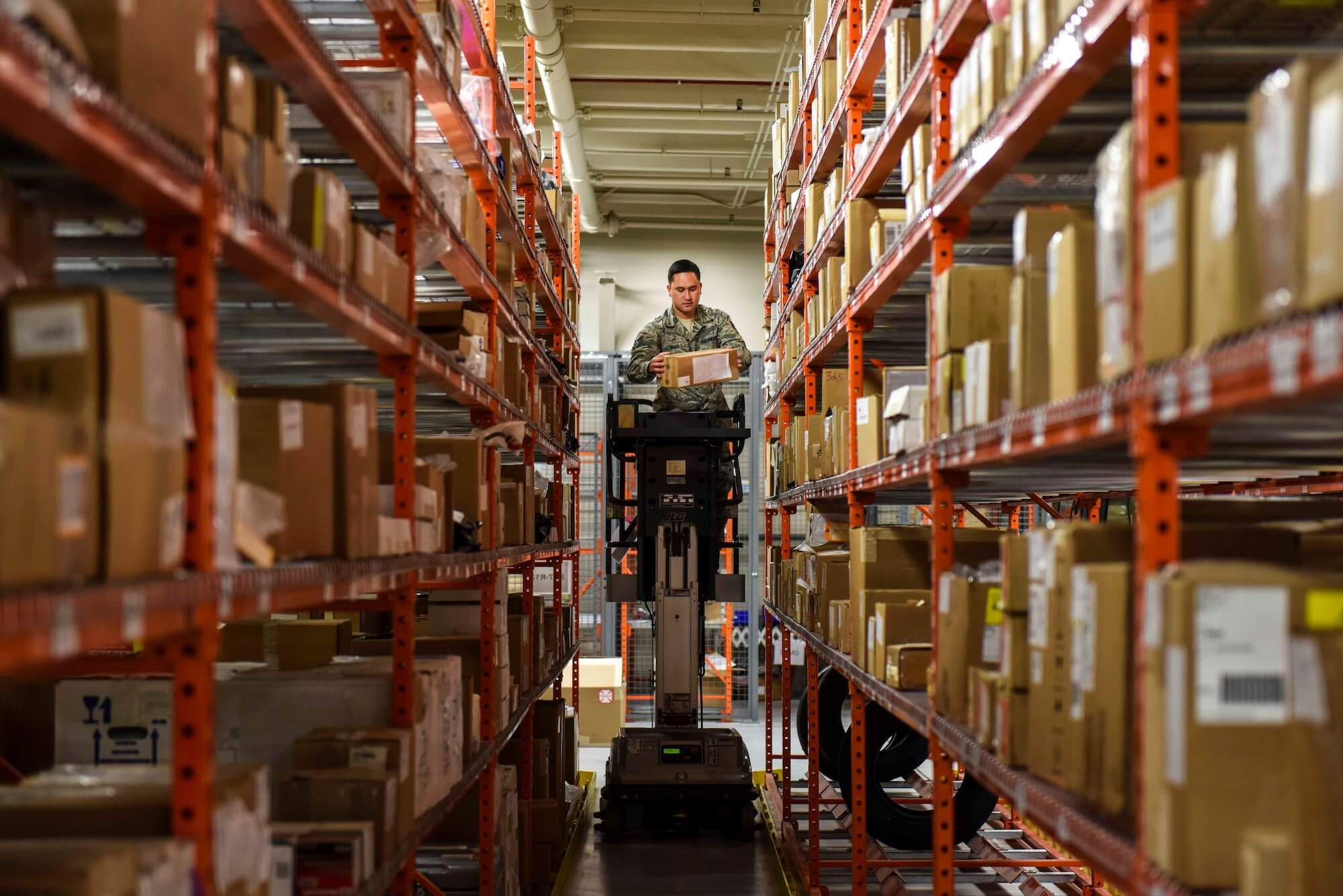 Préparateur de commande qui prélève les produits en rayon