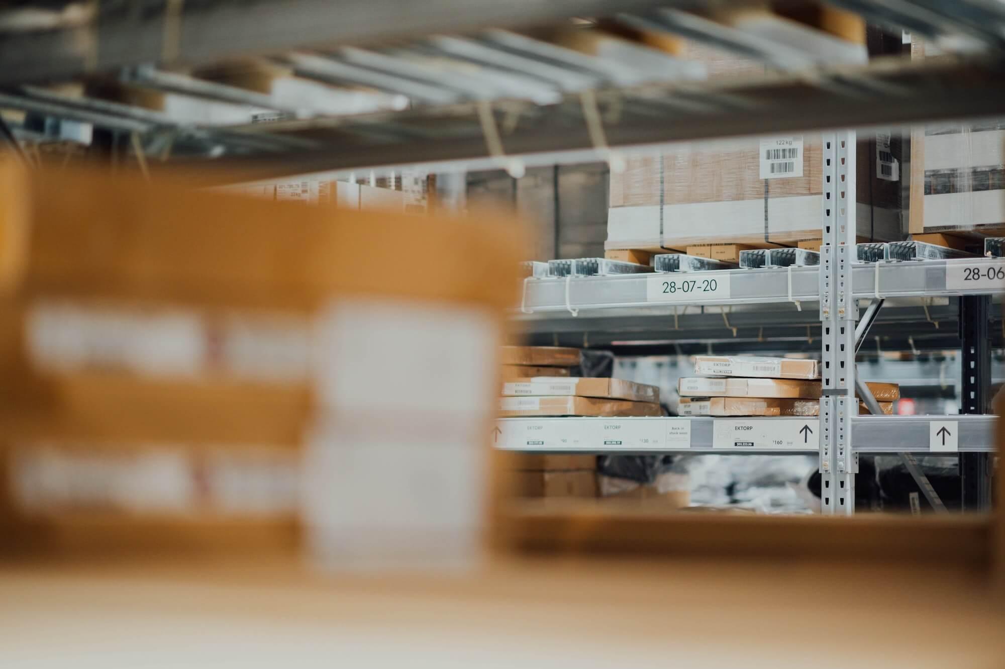 Carton entreposé dans les étagères de stock