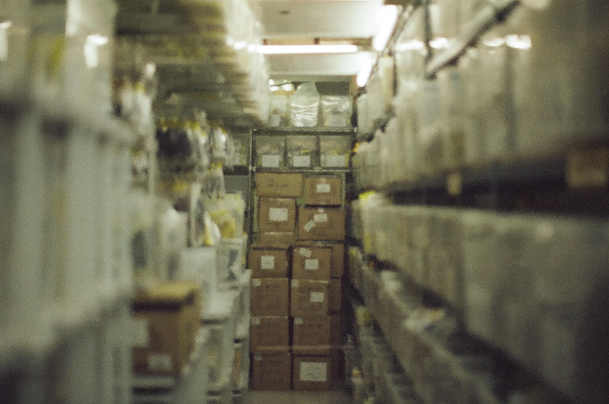 Produits dans les rayons de l'entrepôt