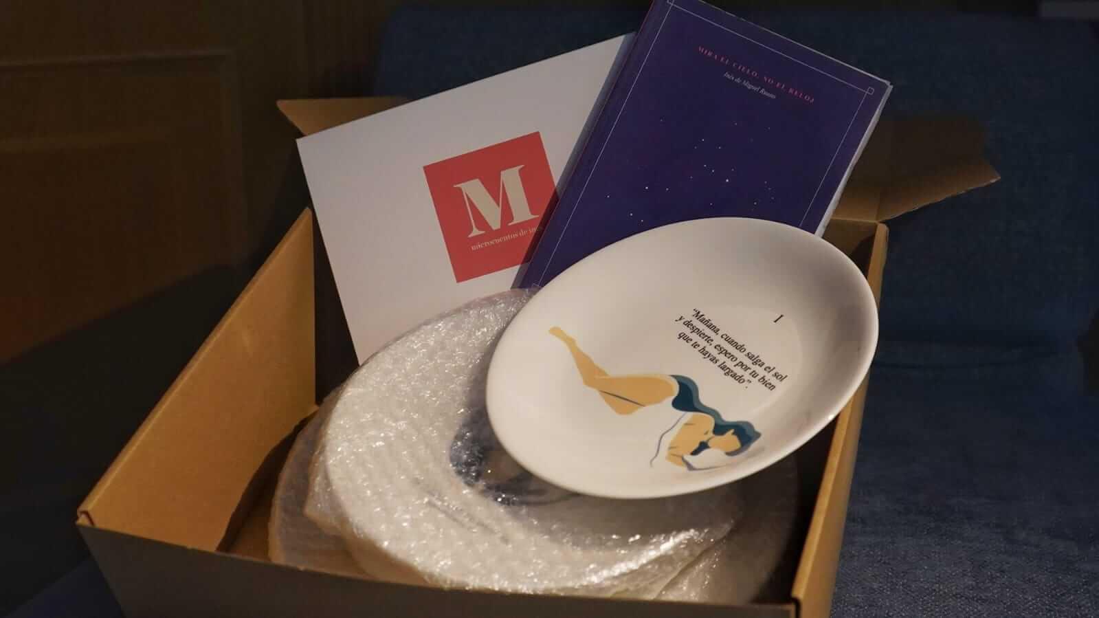 Una caja con platos de la marca Caicus