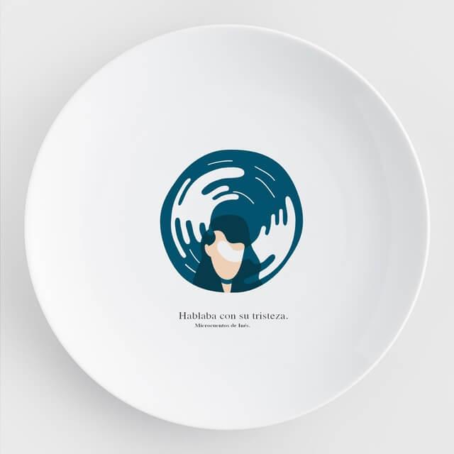 plato caicus con una imagen al fondo