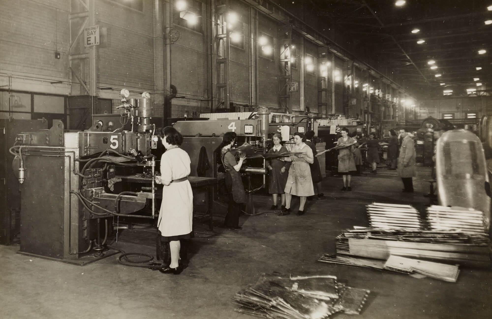 Employés qui travaillent sur une chaîne de production