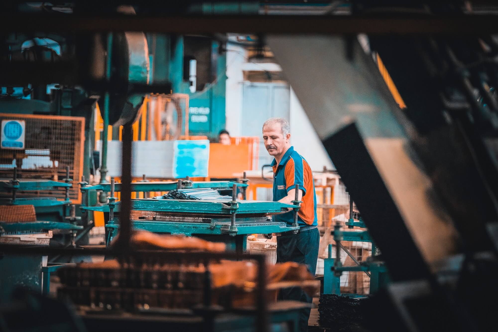 Ouvrier sur la chaîne de fabrication