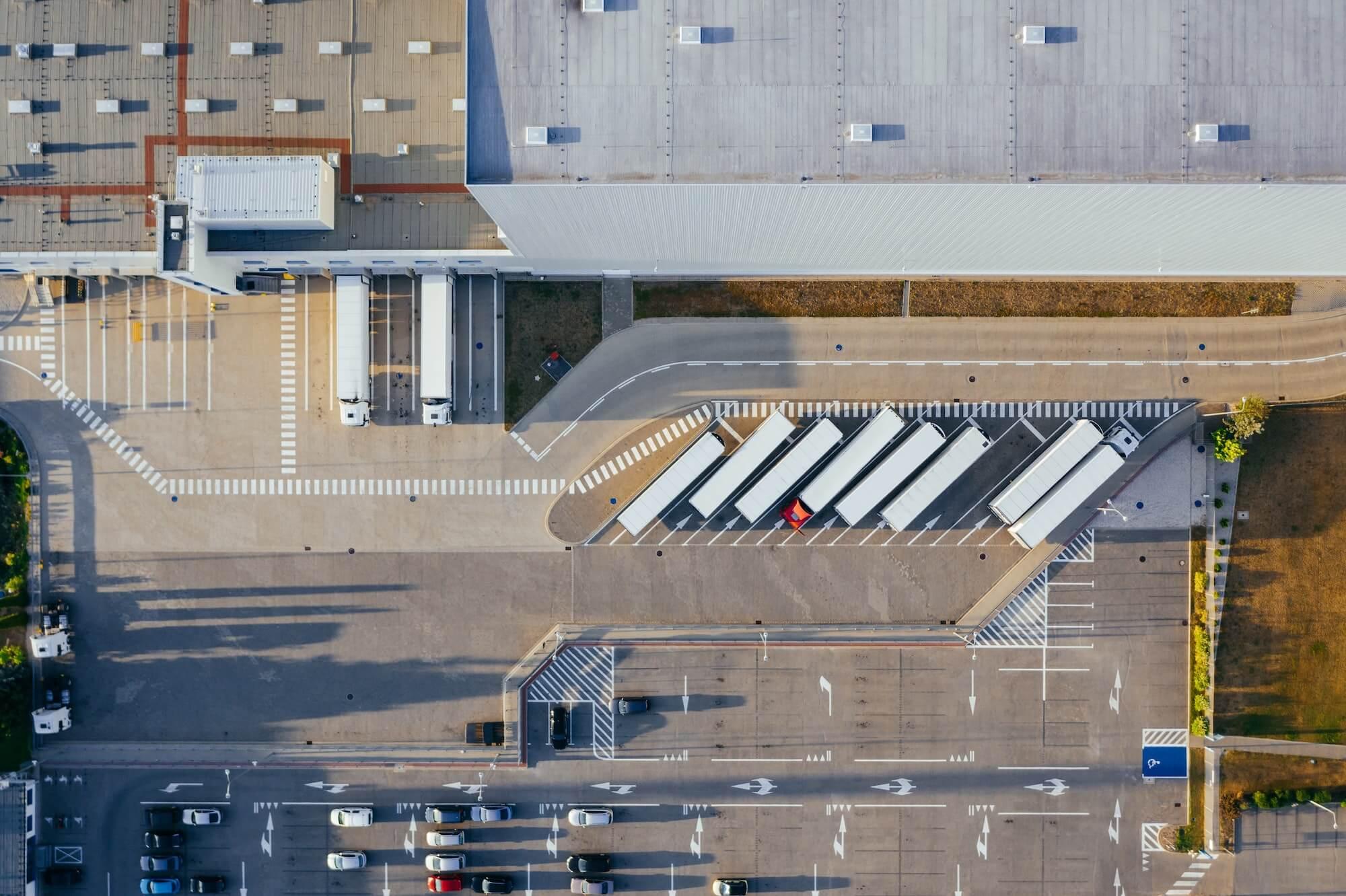Camions au dock d'un entrepôt pour livrer