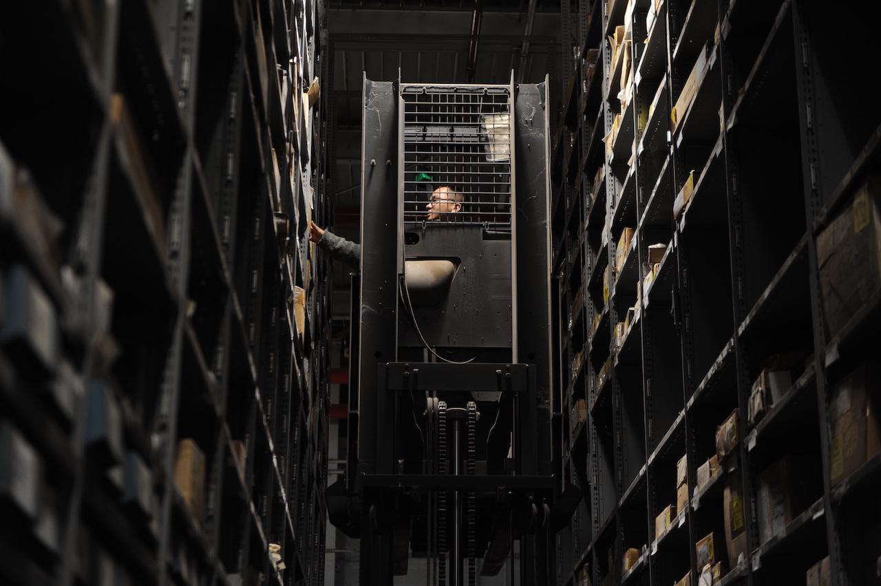 Employé qui prélève la marchandise dans un entrepôt