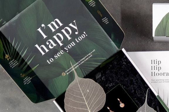 Beidseitig bedruckte Schachtel mit Slogan