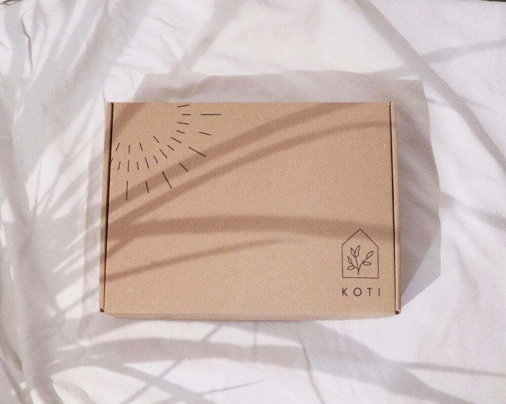 caja postal de la marca Koti