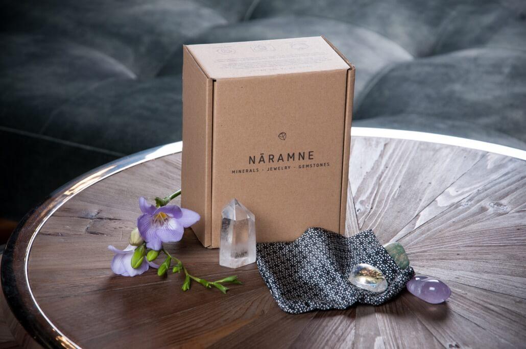 caja postal y artículos de la marca NĀRAMNE