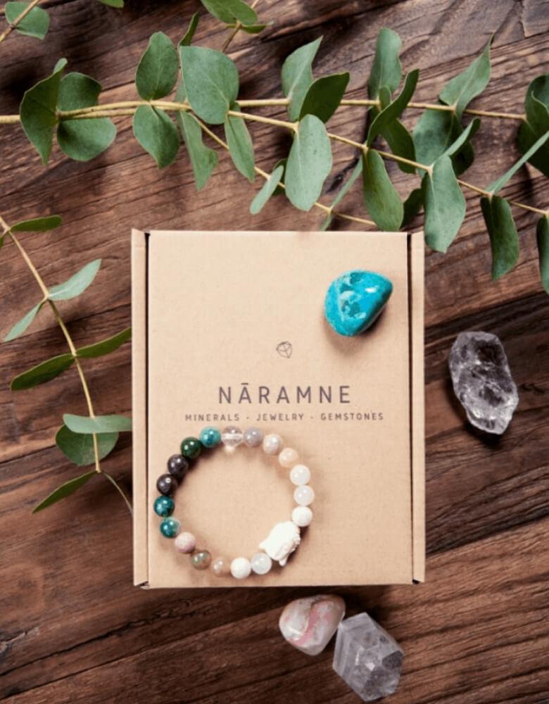 Una caja y una pulsera de NARAMME