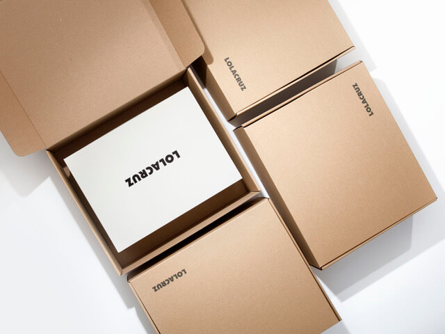 Varias cajas de cartón con el logotipo de LOLA CRUZ