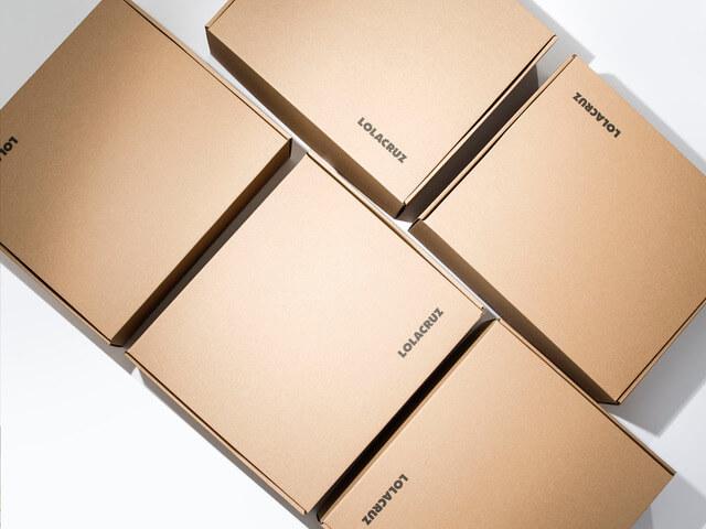 cajas de cartón reciclado de la marca LOLA CRUZ