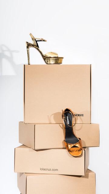 Chaussures posées sur les boîtes Lola Cruz