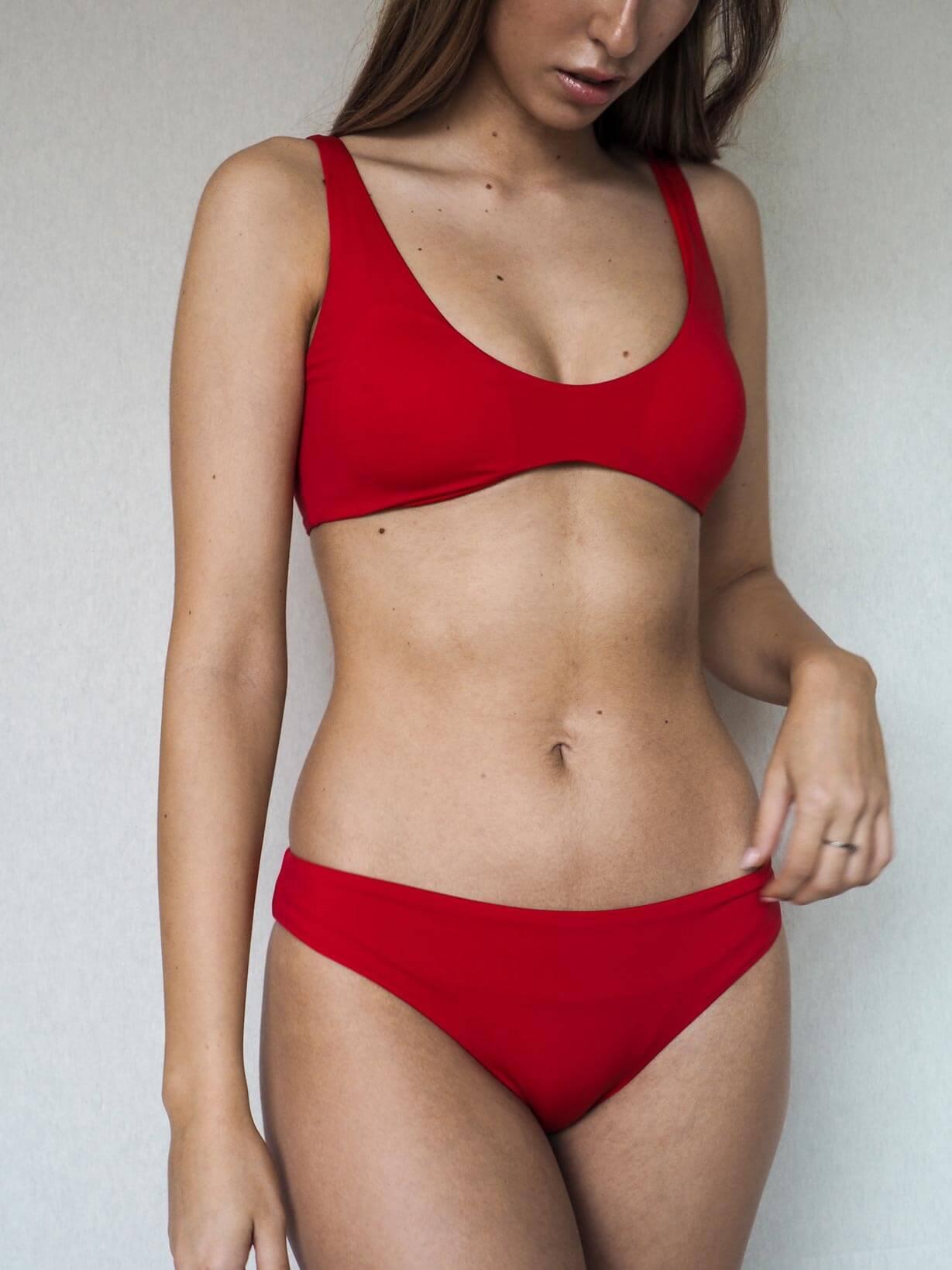 una chica lleva un bikini rojo de la marca Essive