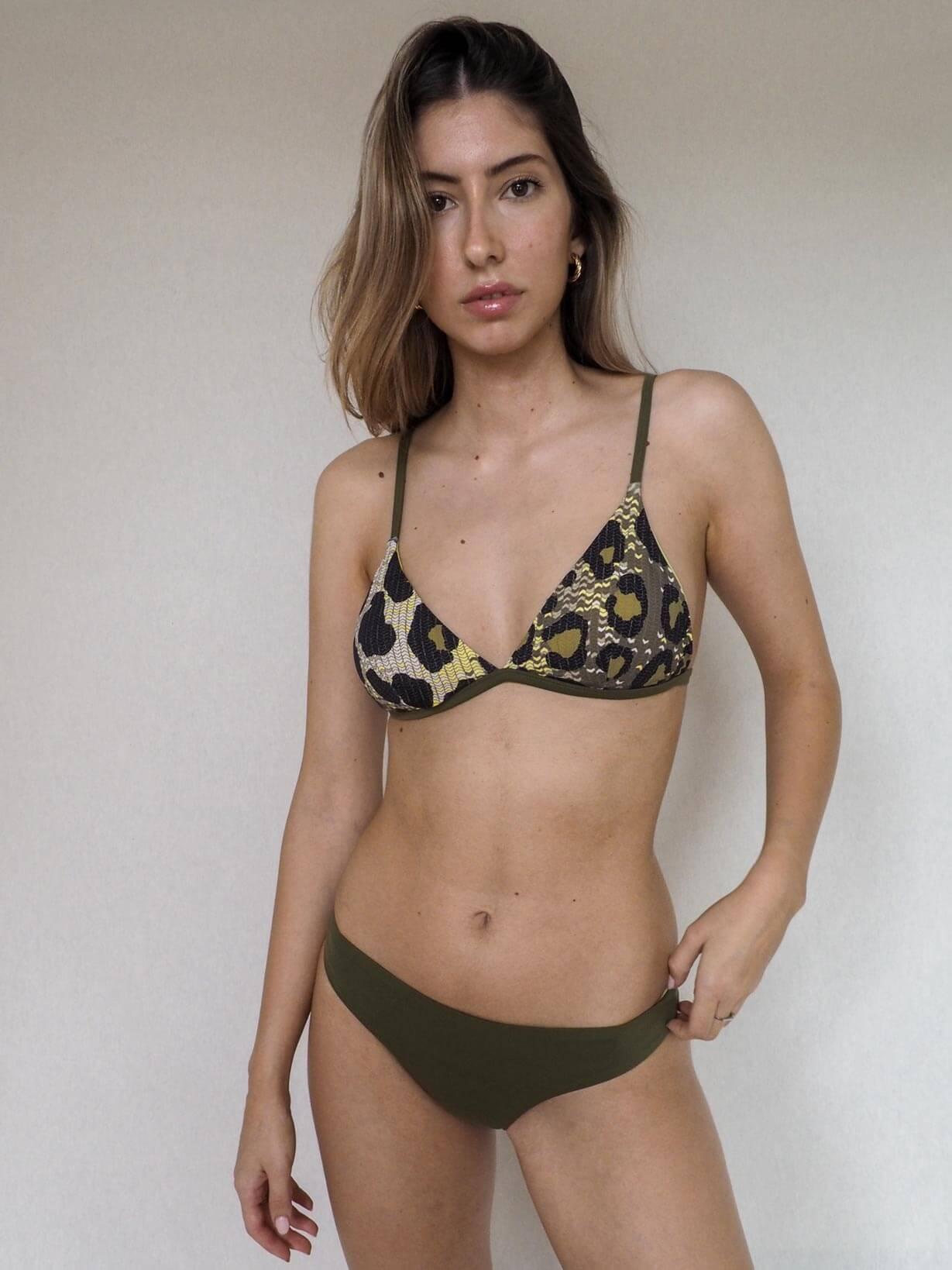 una modelo posa con un bikini de Essive