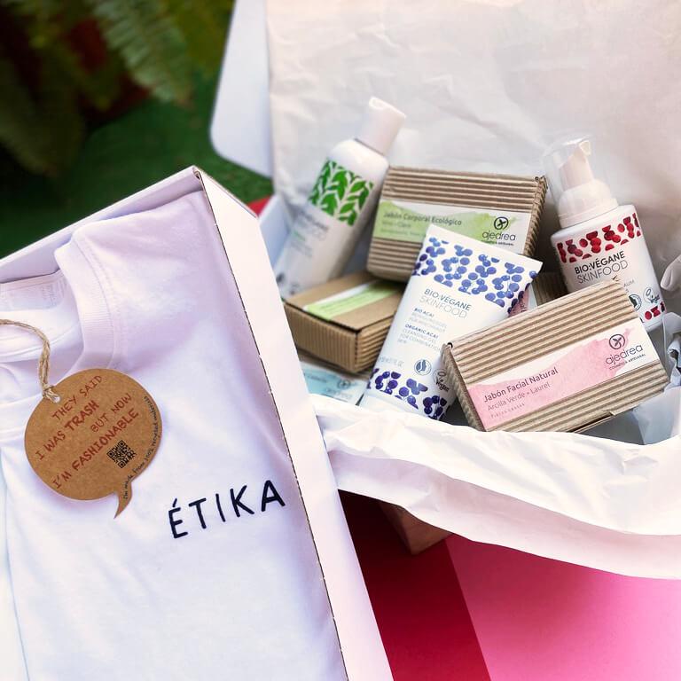una caja con productos cosméticos de Étika Shop