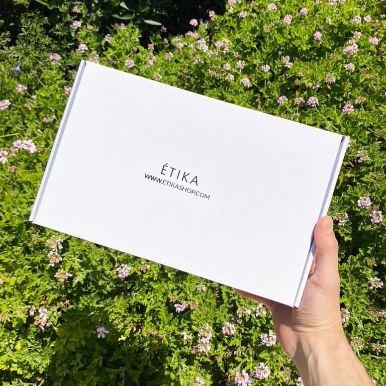 una caja postal blanca de Étika Shop