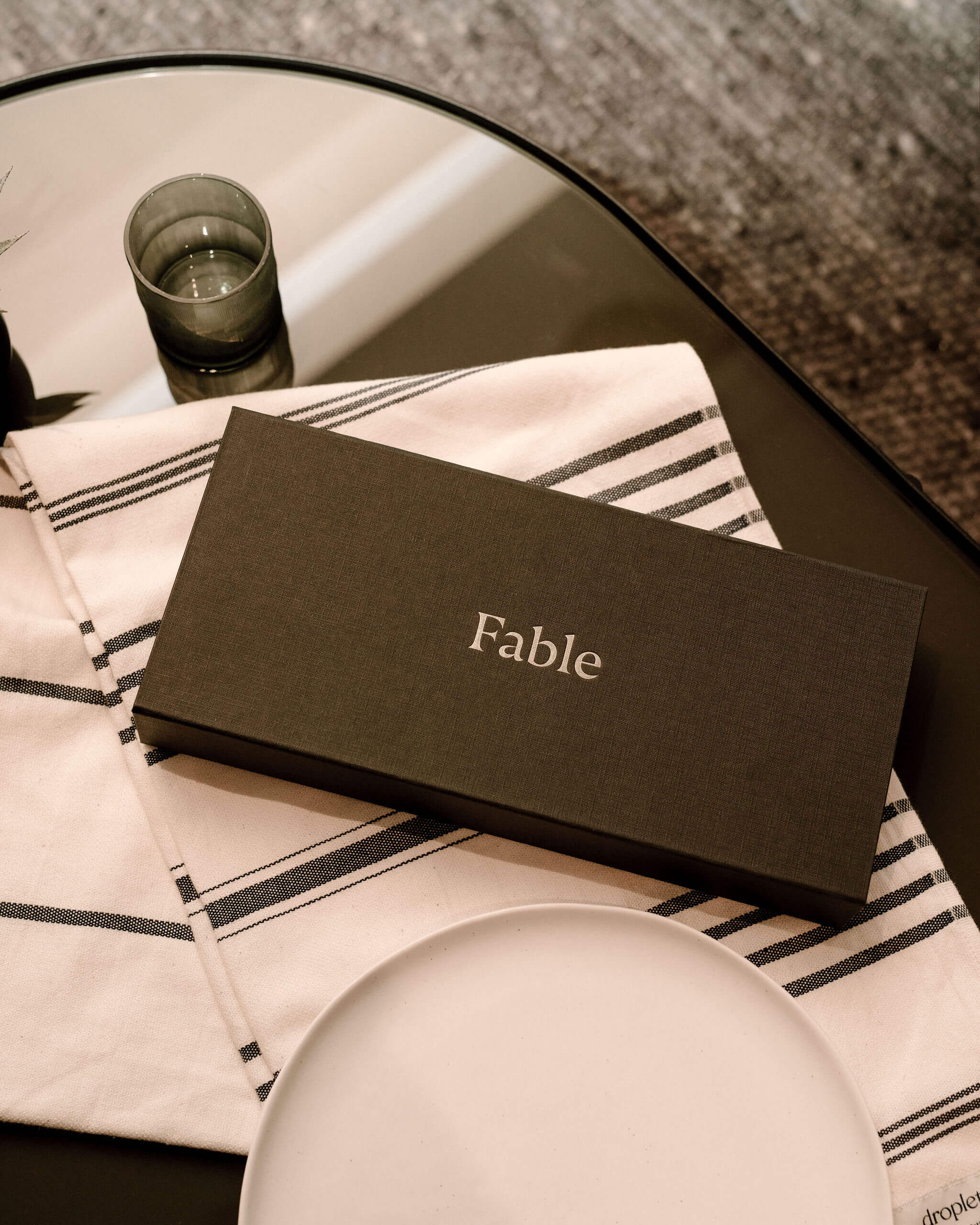 Servilletas y platos de la marca Fable Home