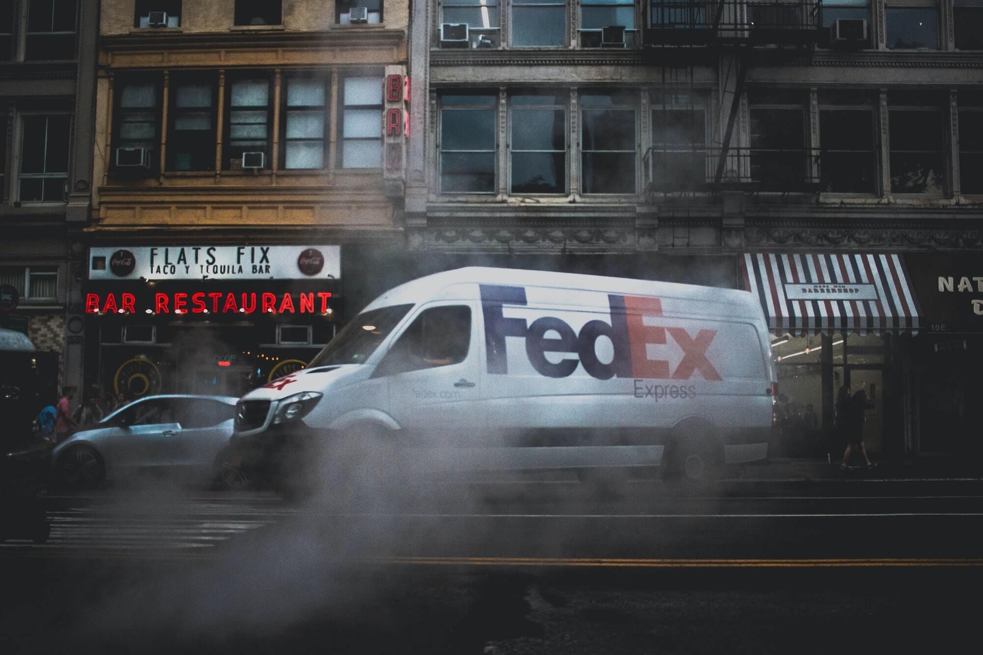 Camion Fedex pour envoyer des colis