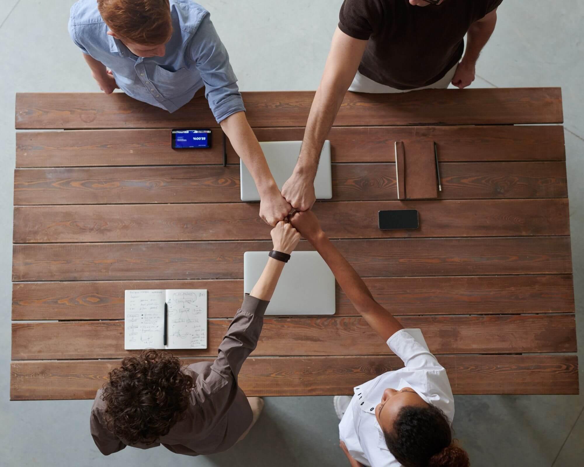 Varios miembros de una empresa llegan a un acuerdo