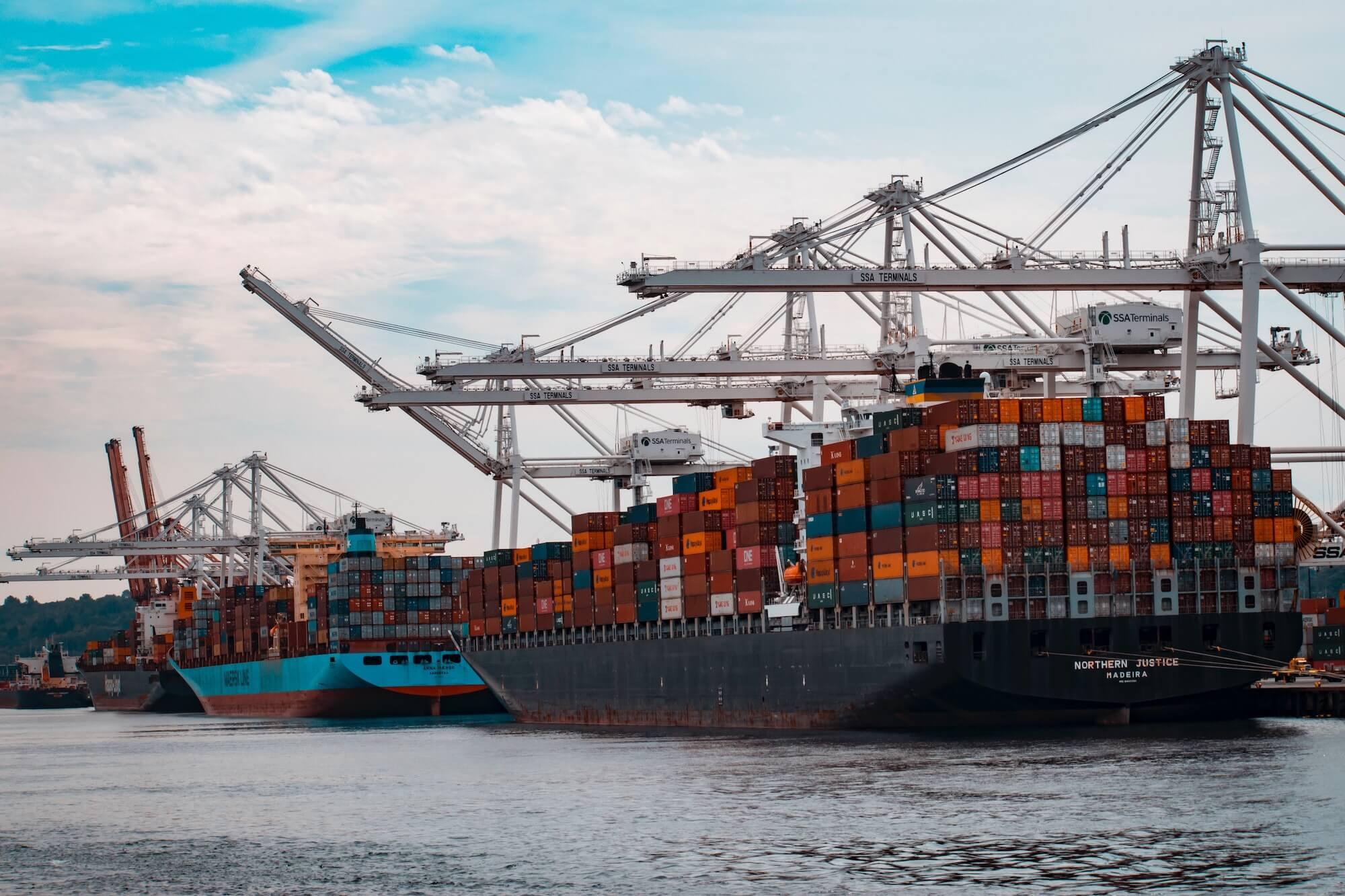 Cargos sur un quai de déchargement d'un port