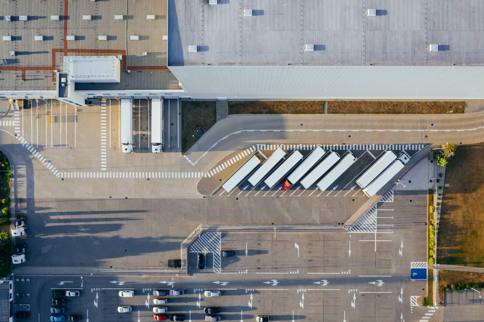 Camions au quai de chargement d'un entrepôt