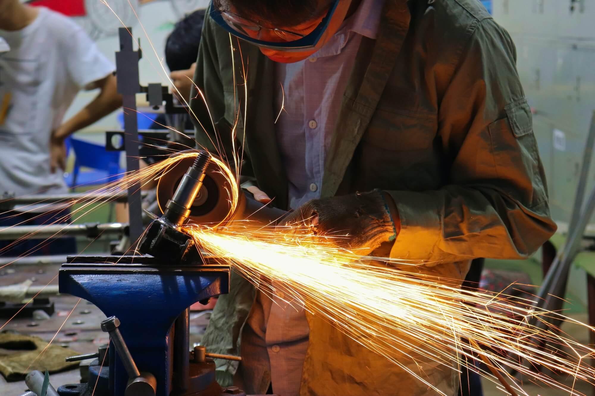 Ouvrier qui travaille dans une usine